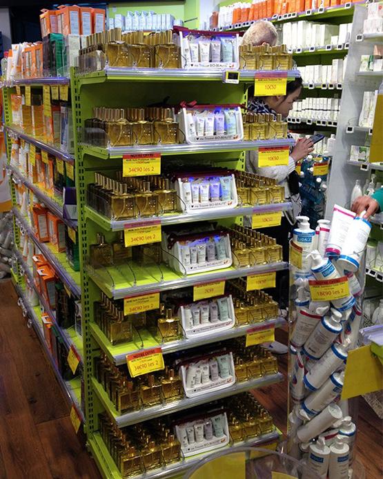 O Huile Prodigieuse, óleo multifuncional da marca francesa Nuxe, ganha destaque e prateleira própria na Pharmacie Monge. Vale a pena testar é um dos itens mais cobiçados nas farmácias.