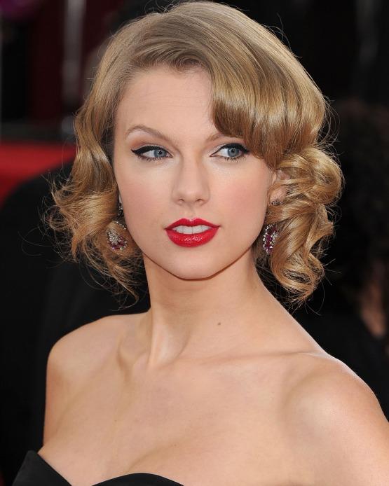 beleza-beauty-editor-acontece-golden-globe-globo-de-ouro-2014-cabelo-maquiagem-taylor-swift-cabelo-penteado-ondas-batom-vermelho-delineador-iluminador-ok