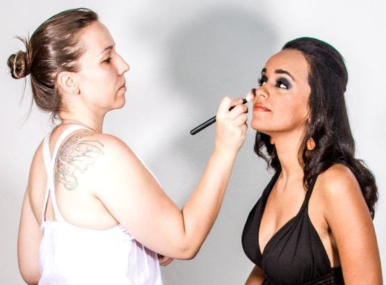 Daniela Bozegno em ação, maquiando uma de suas clientes.