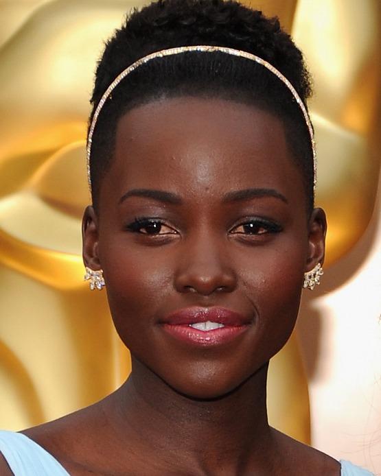 beleza-beauty-editor-acontece-oscar-2014-cabelo-maquiagem-melhores-looks-de-beleza-lupita-nyongo-vencedora-oscar-melhor-atriz-coadjuvante