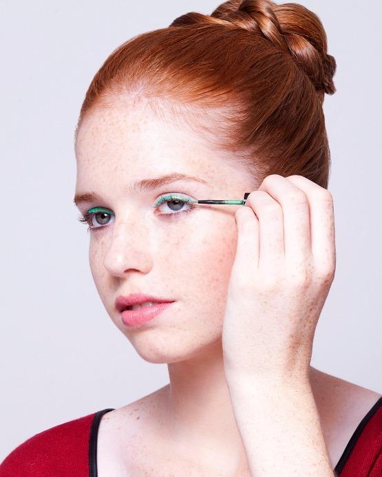beleza-beauty-editor-maquiagem-como-fazer-delineador-colorido-modelo-bruna-delineador-mac-aqualine