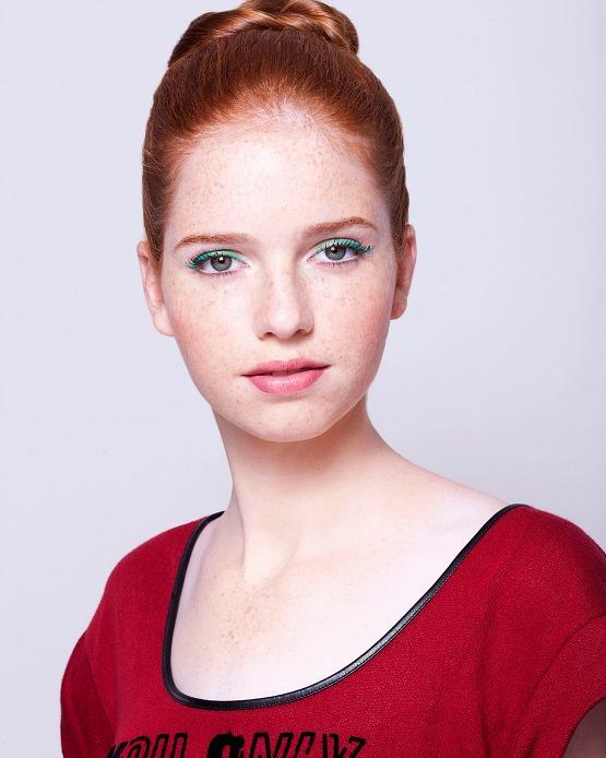 beleza-beauty-editor-maquiagem-como-fazer-delineador-colorido-modelo-bruna-drapper-look-pronto