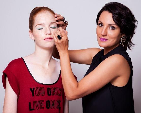 beleza-beauty-editor-maquiagem-como-fazer-delineador-colorido-modelo-bruna-drapper-maquiadora-simone-barcelos