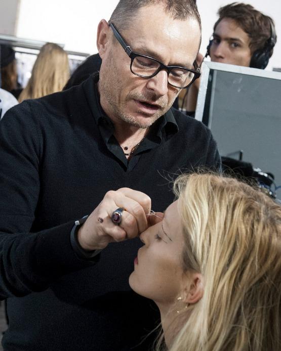 beleza-beauty-editor-maquiagem-como-fazer-delineador-desfile-anthony-vaccarello-paris-fashion-week-outono-inverno-2014-2015-maquiador-tom-pecheux