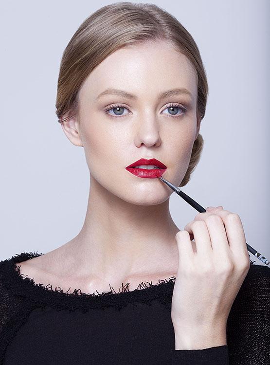 beleza-beauty-editor-maquiagem-passo-a-passo-como-fazer-boca-batom-vermelho-perfeito-modelo-taila-berwig-ford-models-pincel