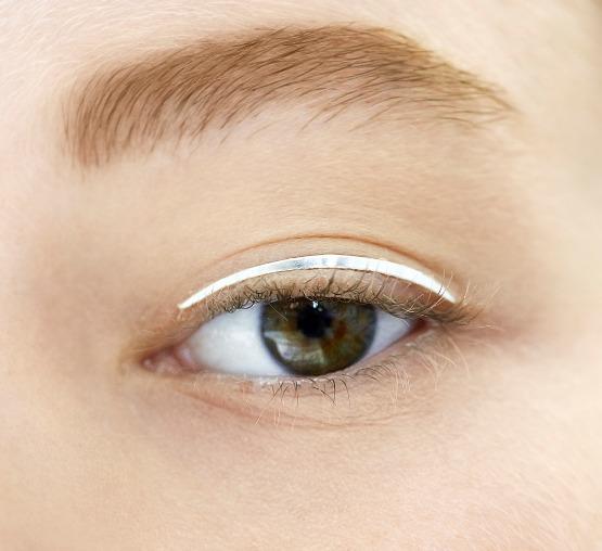beleza-beauty-editor-acontece-maquiagem-dior-no-desfile-alta-costura-outono-inverno-2014-2015-delineador-adesivo-prateado-abre