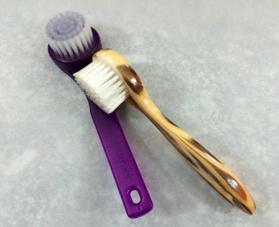 Escovinhas manuais para limpeza facial das marcas Sephora e Condor: a primeira comprei esta semana, a segunda estou usando há quase três meses.