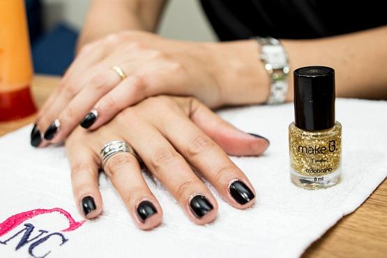 ...e uma border nail com a base da unha decorada com esmalte dourado e com esmalte flocado também dourado, o da coleção Barroco Tropical. Qual delas você prefere?