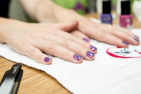 Algumas das nail arts que fizeram sucesso entre as convidadas: border nail lateral com os tons azulado e pink de Make B...