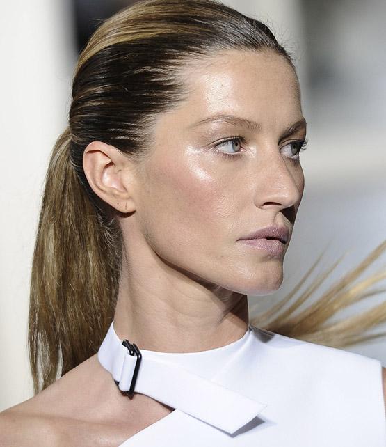 beleza-beauty-editor-acontece-gisele-bundchen-faz-20-anos-de-carreira-e-se-despede-da-passarela-beauty-look-2010-balenciaga