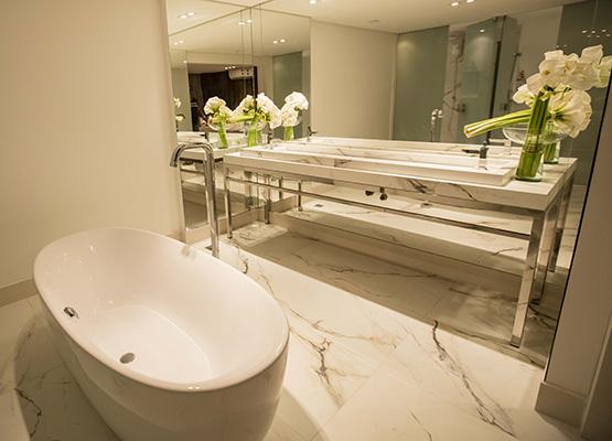 ...e o banheiro luxuoso que ela oferece para suas hóspedes temporárias.