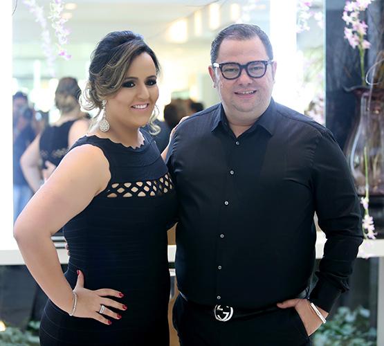Junior e sua sócia, Juliana Freire no dia da inauguração: comemorando o que já se mostrava uma parceria de muito sucesso.