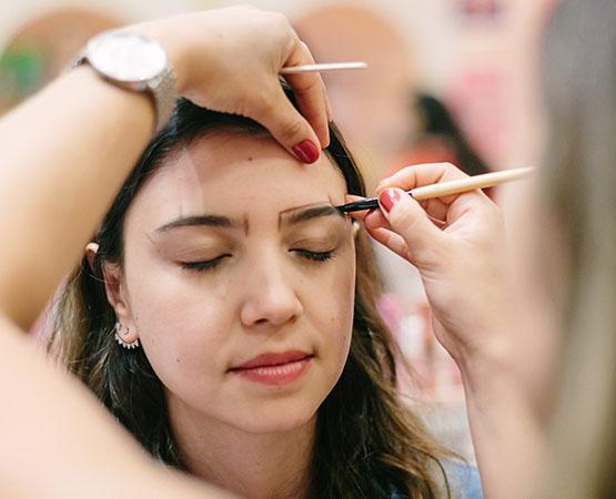 10 - beleza-beauty-editor-acontece-beauty-editor-club-com-benefit-bruna-matheus-design-de-sobrancelhas-na-boutique-benefit