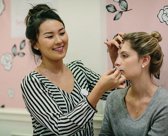 beleza-beauty-editor-acontece-beauty-editor-club-com-benefit-maquiadora-mariana-ishizaka-convidada-ana-walendzus-design-de-sobrancelhas