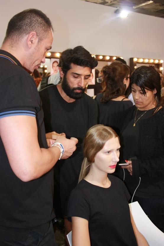 O cabeleireiro e maquiador Rodrigo Costa em açãopara a grifeApartamento 03