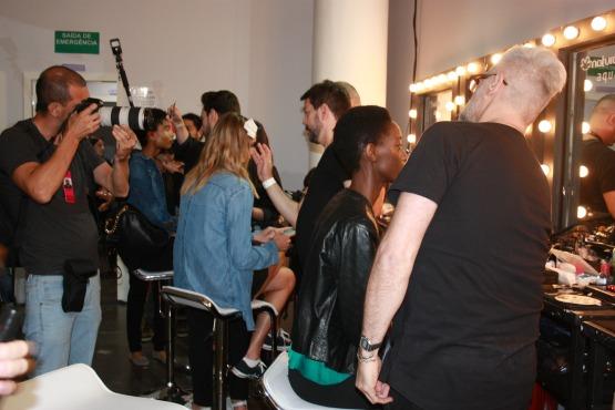 Maquiador, cabeleireiro, fotógrafo, modelo: muita gente e muita agitação nos bastidores da SPFW!