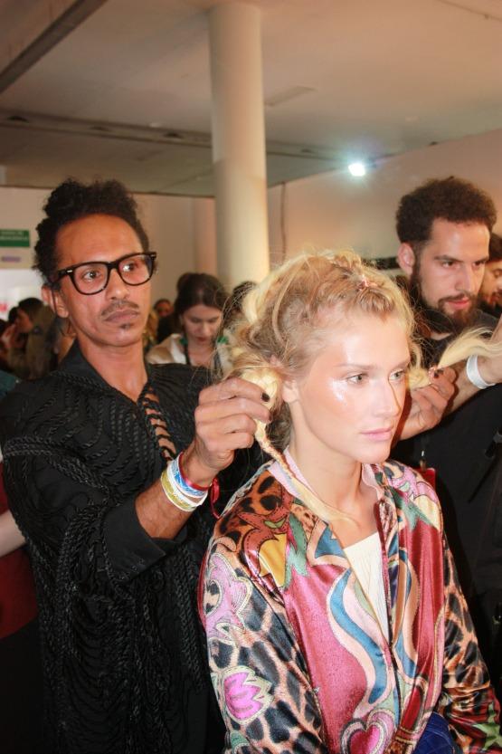 O cabeleireiro e maquiador Max Weberem ação para a marca de moda praia Triya