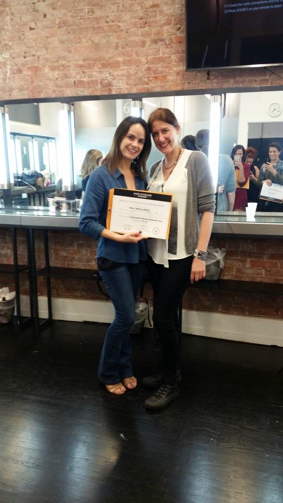 Recebendo meu certificado: eu e Floriane no dia da conclusão do curso!!!
