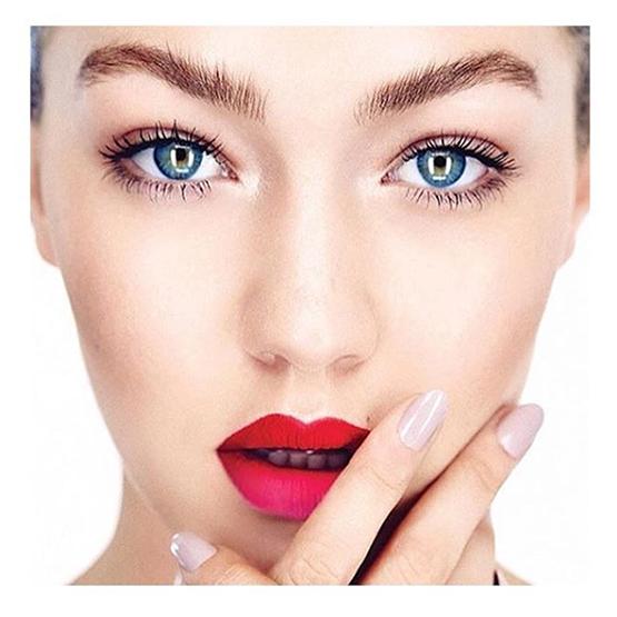 A top americana Gigi Hadidi de boca ombrée meses atrás: vermelho + rosa com acabamento opaco (além de moderno, dura mais!).
