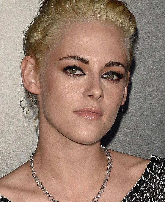 Kristen Stewart com delineado vermelho: aqui, ousadia é a palavra, a beleza fica superimpactante!