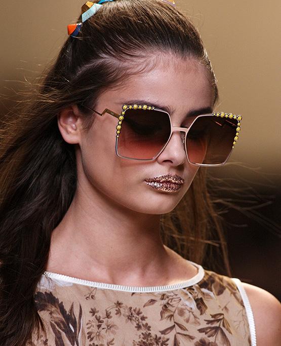 beleza-beauty-editor-maquiagem-tendencia-glitter-dramatico-glitter-no-make-shiny-lips-fendi-1