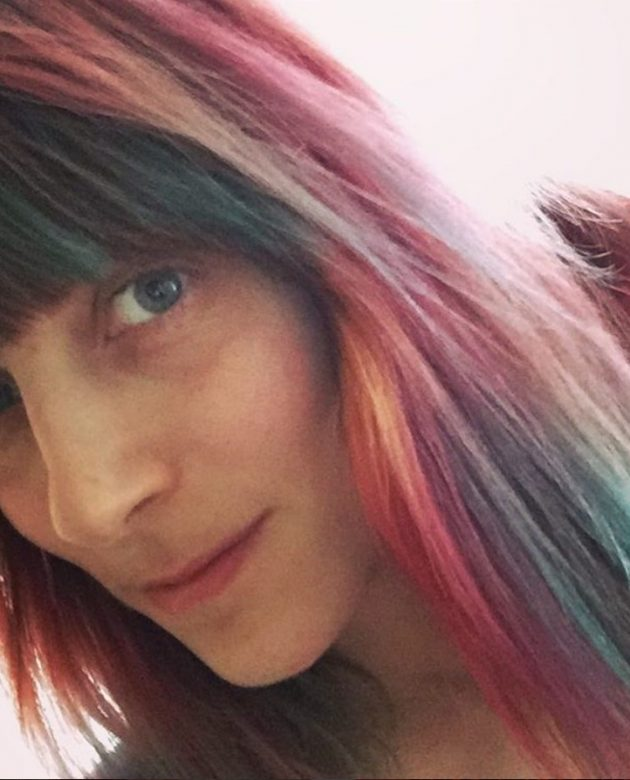 O cabelo multicolorido e lindo da Eva