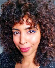 Frizz, cabelo cacheado, beleza: uma crônica sobre esses temas