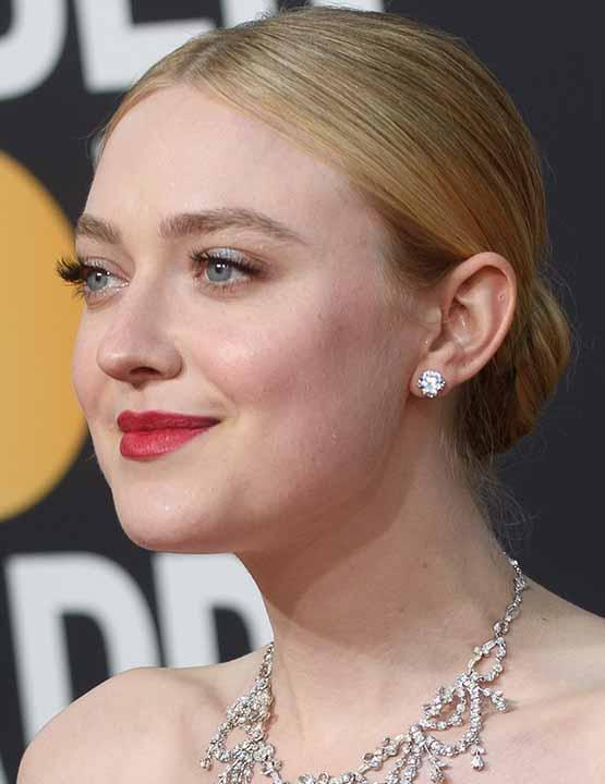 Atriz Dakota Fanning usa coque clássico e batom vermelho nos Golden Globes 2019