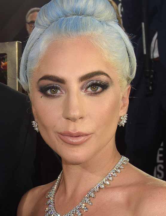 Lady Gaga usa sombra cintilante e cabelo em tom azul pastel no Golden Globe