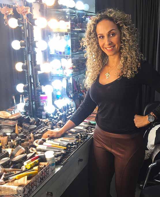 Maquiadora Katia Freire em seu estúdio de maquiagem