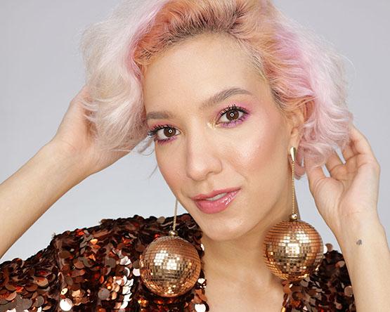 Maquiagem de Carnaval com glitter e sombra dourada e rosa