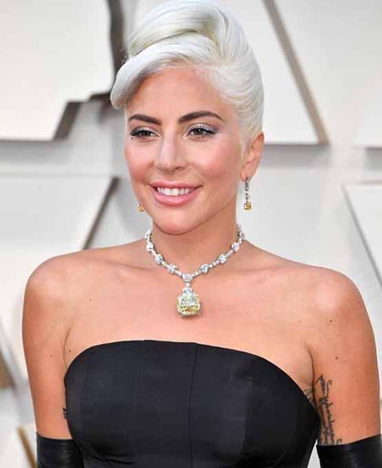 Lady Gaga exibe pele glow e maquiagem em tons pêssego e coral no Oscar 2019
