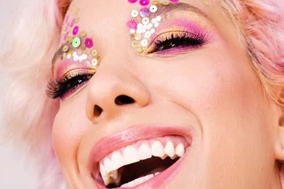 maquiagem para Carnaval com sombras dourada e rosa e paetês