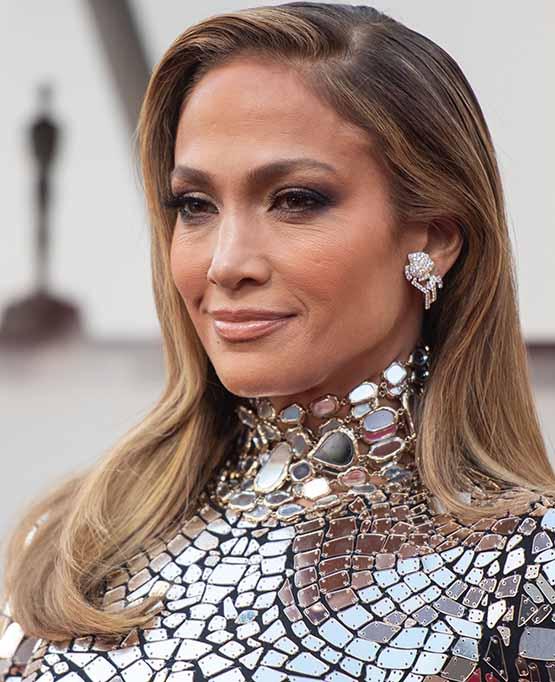 J. Lo usa look de beleza iluminado no Oscar 2019