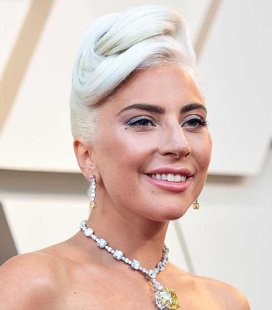 Cantora e atriz Lady Gaga usa coque e sombra prata no Oscar 2019
