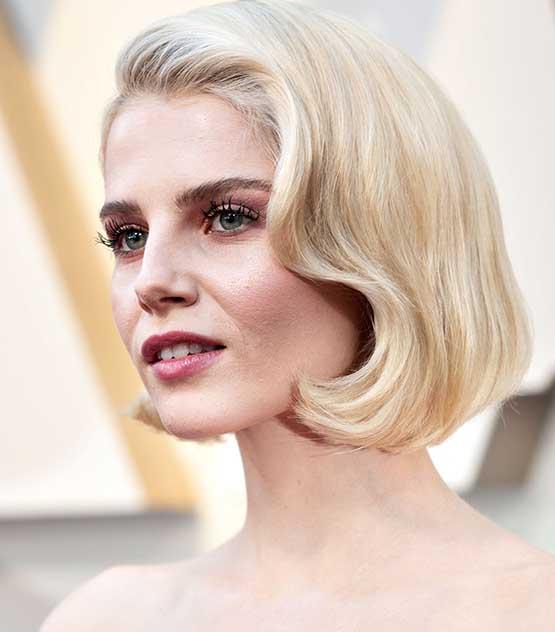 Atriz Lucy Boynton, de Bohemian Rapsody, usa maquiagem e cabelo inspirados em Grace Kelly no Oscar 2019