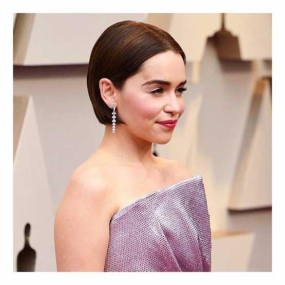 Atriz Emilia Clarke no Oscar 2019: cabelo castanho e maquiagem fresh