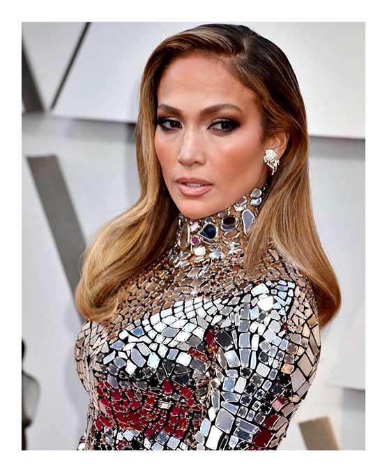Jennifer Lopez usa maquiagem em tons de marrom e iluminador no Oscar 2019