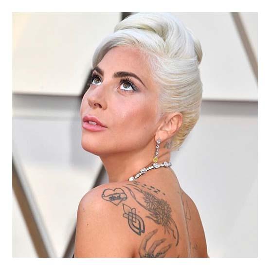 Lady Gaga usa coque banana e sombra prata no Oscar 2019