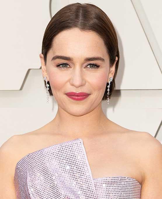 Emilia Clarke, de Game of Thrones, usa maquiagem rosada e delineador no Oscar 2019