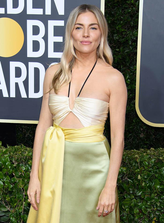 Sienna Miller com vestido que expõe a barriga nos Golden Globes