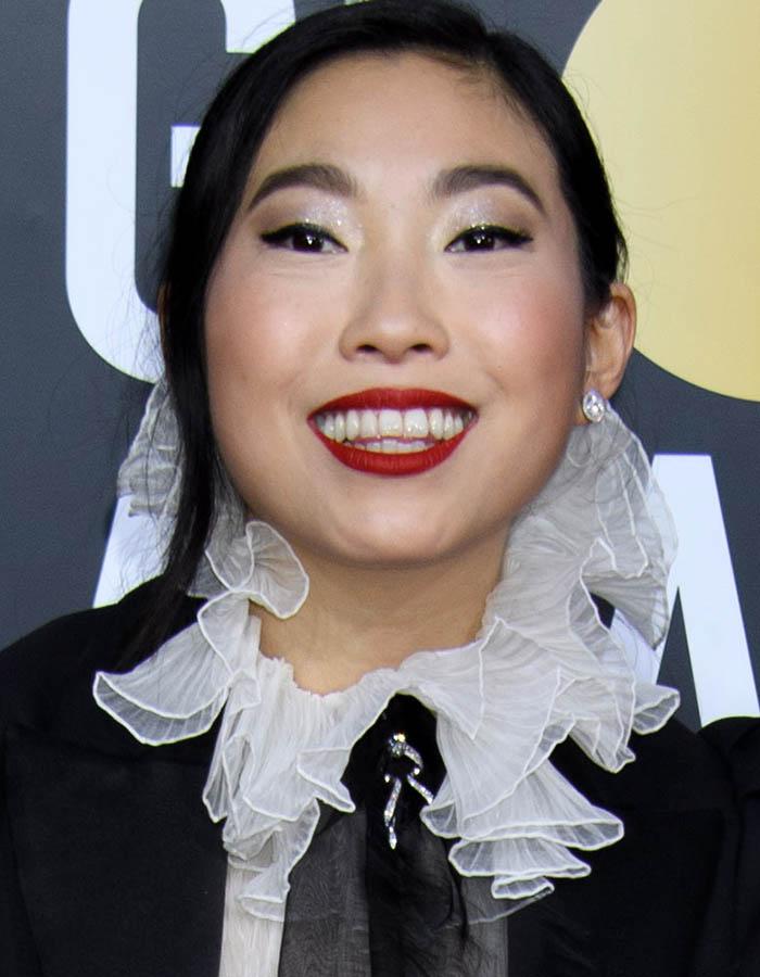 Awkwafina usa batom vermelho matte nos Golden Globes