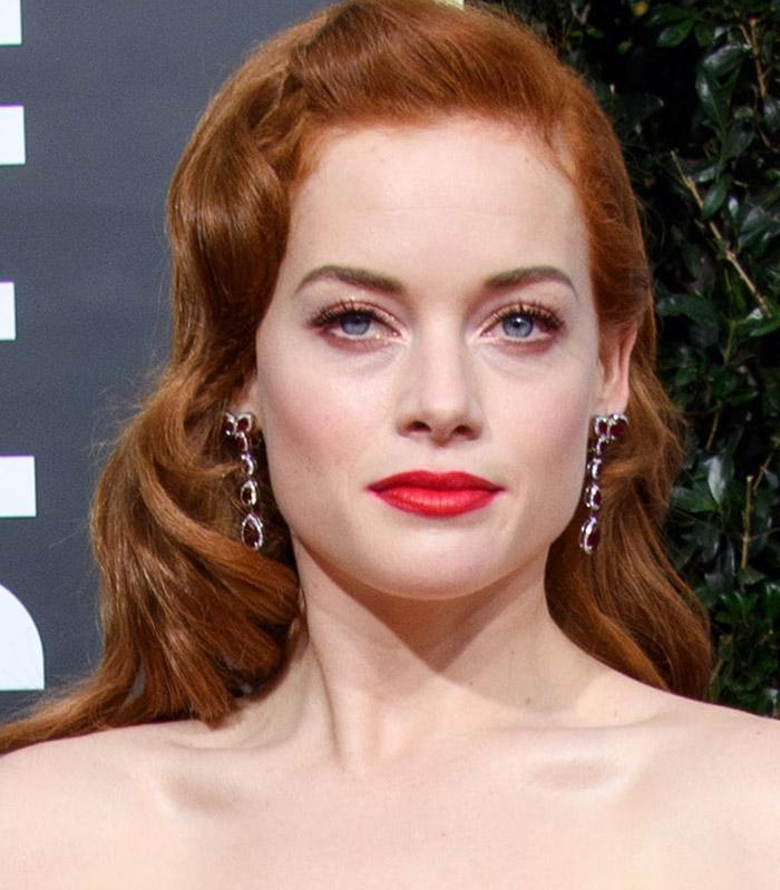 Jane Levy usa batom vermelho nos Golden Globes