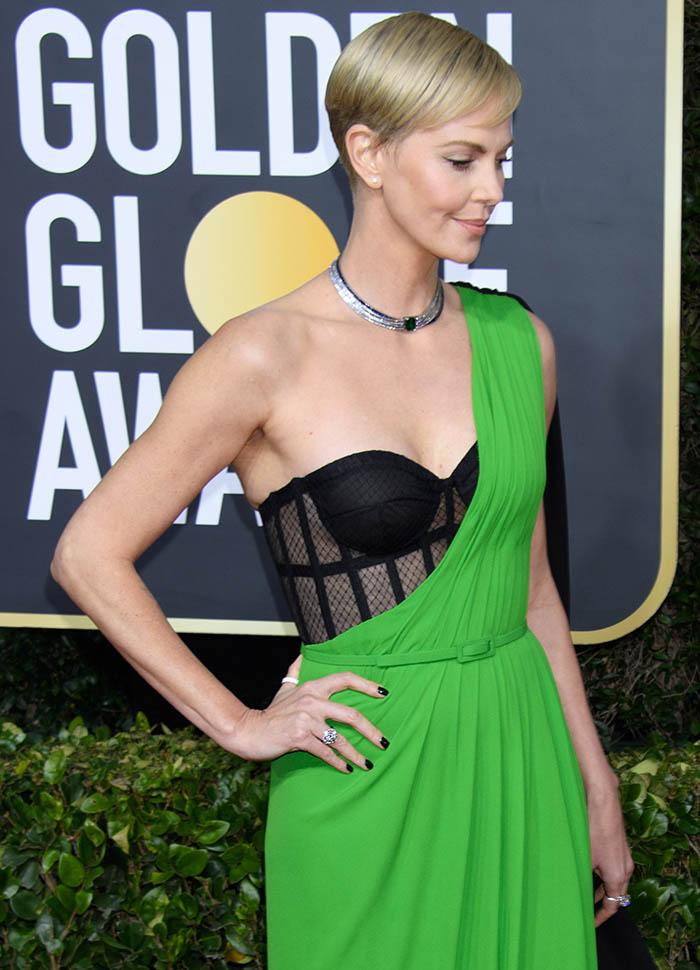 Charlize Theron usa unhas pretas nos Golden Globes