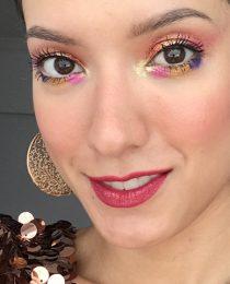 Maquiagem de Carnaval: passo a passo com look cheio de glitter e de cor