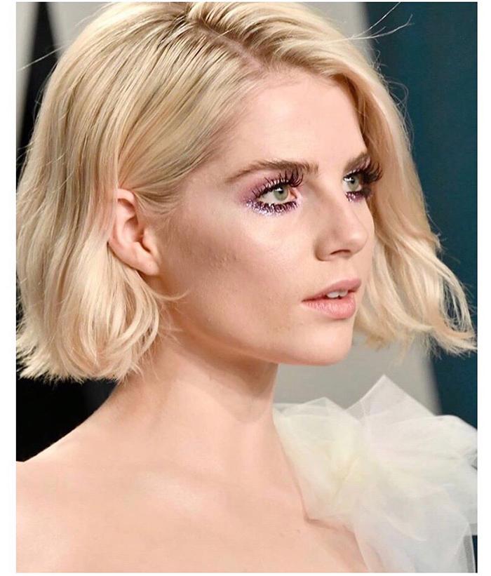 Lucy Boynton usa sombra lilás Oscar 2020