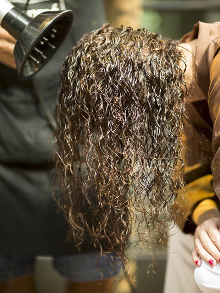 Como secar cabelo cacheado