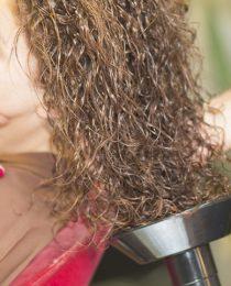 Como modelar cabelo cacheado com difusor: dicas para não errar